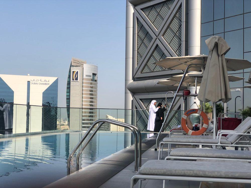 piscine rooftop dubai al bandar rotana hotel