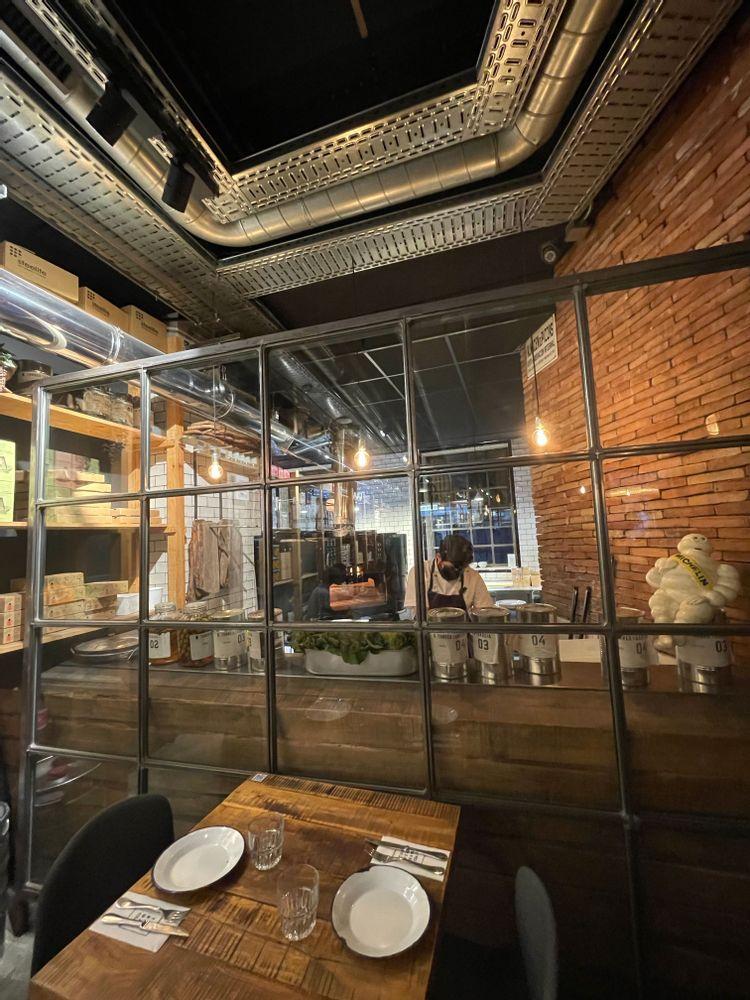 torres y garcia restaurant à Séville déco industrielle cuisine